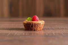De heerlijke cake van de chocoladelava met verse frambozen en munt Stock Afbeeldingen