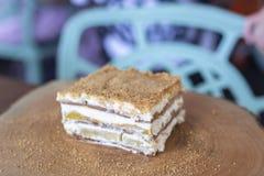 De heerlijke cake van de mangovlotter op houten lijst royalty-vrije stock afbeeldingen
