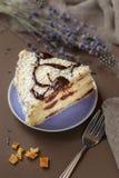 De heerlijke cake van de de zomerkers op een purpere plaat royalty-vrije stock fotografie