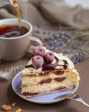 De heerlijke cake van de de zomerkers op een purpere plaat stock foto's