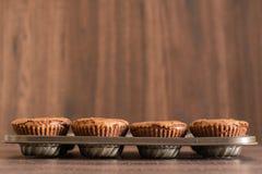 De heerlijke cakes van de chocoladelava in de ijzerpan Stock Foto