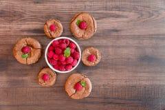 De heerlijke cakes van de chocoladelava met verse frambozen en munt Stock Fotografie