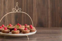 De heerlijke cakes van de chocoladelava met verse frambozen en munt, op de plaat Stock Fotografie