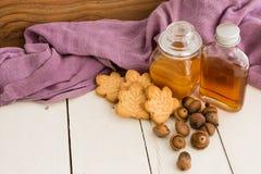 De heerlijke Canadese koekjes, de ahornstroop, de honing en a van de esdoornroom Royalty-vrije Stock Foto
