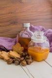 De heerlijke Canadese koekjes, de ahornstroop, de honing en a van de esdoornroom Stock Afbeelding
