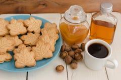 De heerlijke Canadese koekjes van de esdoornroom op blauwe plaat met honing, Stock Afbeelding