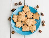 De heerlijke Canadese koekjes van de esdoornroom op de blauwe plaat met ac Royalty-vrije Stock Foto
