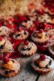 De heerlijke chocolade cupcakes met bessen wodeen lijst, bovenkant v Stock Fotografie