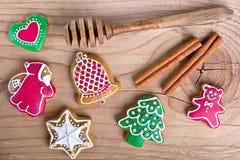De heerlijke eigengemaakte koekjes van de Kerstmispeperkoek op hout stock afbeeldingen