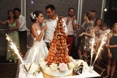 De heerlijke elegante smakelijke cake van het chocoladehuwelijk met vuurwerk bij Royalty-vrije Stock Afbeelding