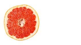 de heerlijke en sappige die grapefruit, volledig van vitaminen en anti-oxyderend, op witte achtergrond wordt geïsoleerd, kopieert stock fotografie