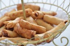 De heerlijke gouden de lentebroodjes dienen in a wodden mand Royalty-vrije Stock Afbeelding
