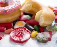 De heerlijke groep de zoete cakes van de suikerdoughnut en veel kleverig kunnen royalty-vrije stock afbeeldingen