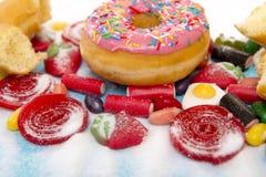De heerlijke groep de zoete cakes van de suikerdoughnut en veel kleverig kunnen royalty-vrije stock foto