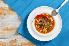 De heerlijke hete soep van het ossestaartvlees, mening van hierboven stock foto's