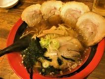 De heerlijke Japanse stijl ramen noedels in sojasaus op smaak gebrachte soep in Japan, Japans Voedsel stock foto's