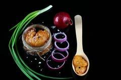 De heerlijke kaviaar, kuiten sluit omhoog, snoekenkaviaar in een transparante kruik, houten lepel purpere die ui in ringen op een royalty-vrije stock foto's