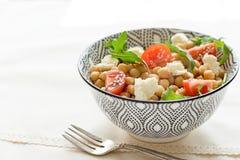 De heerlijke kekerssalade op een plaat, gezond voedsel, sluit omhoog stock afbeeldingen