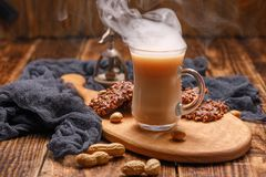 De heerlijke lichte ontbijta rokende kop thee met melk en de heerlijke nootachtige koekjes voor ontbijt dienen ontbijt op een bea Royalty-vrije Stock Foto