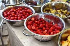 De heerlijke lijst van het fruitbuffet met verschillende snoepjes, die zich in restaurant richten Stock Foto's