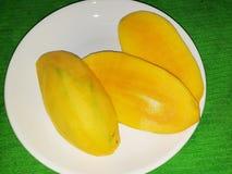 de heerlijke mango die enkel schil van de huid is stock afbeelding