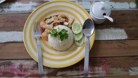 De heerlijke menurijst toped met gebraden shrims en Spaanse pepers Stock Foto