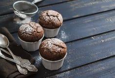 De heerlijke muffins van de veganistchocolade met suikerglazuursuiker Stock Foto's