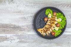 De heerlijke salade, de kip met honing en de mosterd pekelen royalty-vrije stock fotografie