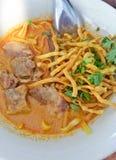 De heerlijke smakelijke Thaise Noordelijke Stijl kruidde Noedelsoep met Rundvlees in een kom Khao Soi, Noordelijke het Voedsel va Stock Foto