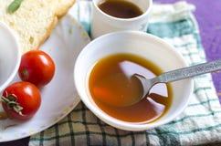 De heerlijke soep van groentesoeptomaten in grote kom Royalty-vrije Stock Foto's