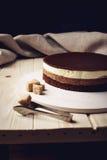 De heerlijke van de drie-laag tribunes chocoladecake op een cirkelbasis Royalty-vrije Stock Afbeelding
