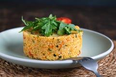 De heerlijke Vegetarische die salade van Kouskoustabbouleh met groenten, met arugula en kersentomaat worden verfraaid stock foto