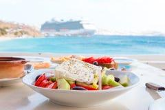 De heerlijke verse Griekse salade diende voor lunch bij openluchtrestaurant met mooie mening over het overzees en de haven royalty-vrije stock afbeeldingen