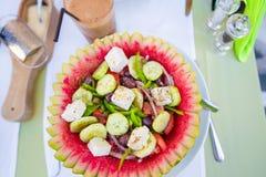 De heerlijke verse Griekse salade diende voor lunch bij openluchtrestaurant met mooie mening over het overzees en de haven stock foto
