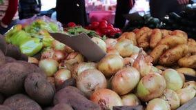 De heerlijke verse uipeper en andere groenten met prijskaartjes zijn op marktteller stock video