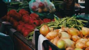 De heerlijke verse uipeper en andere groenten met prijskaartjes zijn op marktteller stock footage