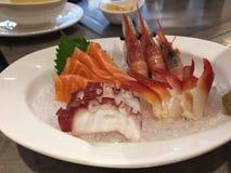 De heerlijke zeevruchten omvatten sashimi en garnalen stock fotografie