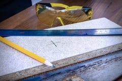 De heerser, quarantaine ligt op een houten raad, in de achtergrondbeschermende brillen royalty-vrije stock foto