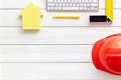 De heerser, toetsenbord, huiscijfer, hulpmiddelen voor architect werkt aan witte houten bureau hoogste mening als achtergrond cop stock foto's