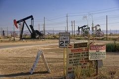 De hefbomen` pompende olie van de olie` pomp stock afbeelding