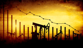 De hefbomen van de oliepomp op de achtergrond van de zonsonderganghemel Royalty-vrije Stock Afbeeldingen