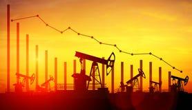 De hefbomen van de oliepomp op de achtergrond van de zonsonderganghemel Royalty-vrije Stock Foto