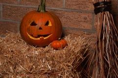 De hefboom-o-lantaarn van Halloween Pompoen op stro royalty-vrije stock fotografie