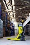 De hefboom van de pallet in de industriële zaal Stock Foto