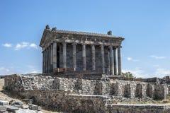 De heidense tempel en de ruïnes van de vesting in het dorp van Stock Afbeeldingen