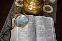 De Heilig Schriftlezing met overdrijft glas royalty-vrije stock afbeeldingen