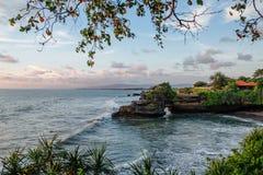 De heilige Balinese Partij van tempeltanah Pura Batu Bolong op de rand van een klip bij kustlijn met gat in de rots royalty-vrije stock foto