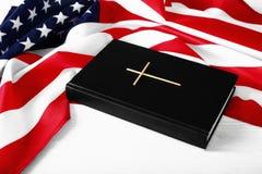 De Heilige Bijbel en de Amerikaanse Vlag stock fotografie