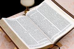 De heilige Bijbel opent 1 Stock Fotografie