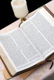 De heilige Bijbel opent 2 Stock Foto's